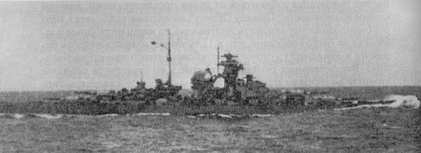 """Из-за полученных повреждений  """"Бисмарк """" имеет дифферент на нос.  Фото сделано с тяжелого крейсера  """"Принц Ойген """"..."""